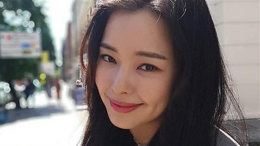 173cm女星李荷妮(이하늬)「僅穿內衣」手一伸炸出纖腰馬甲線(圖/IG@honey_lee32)