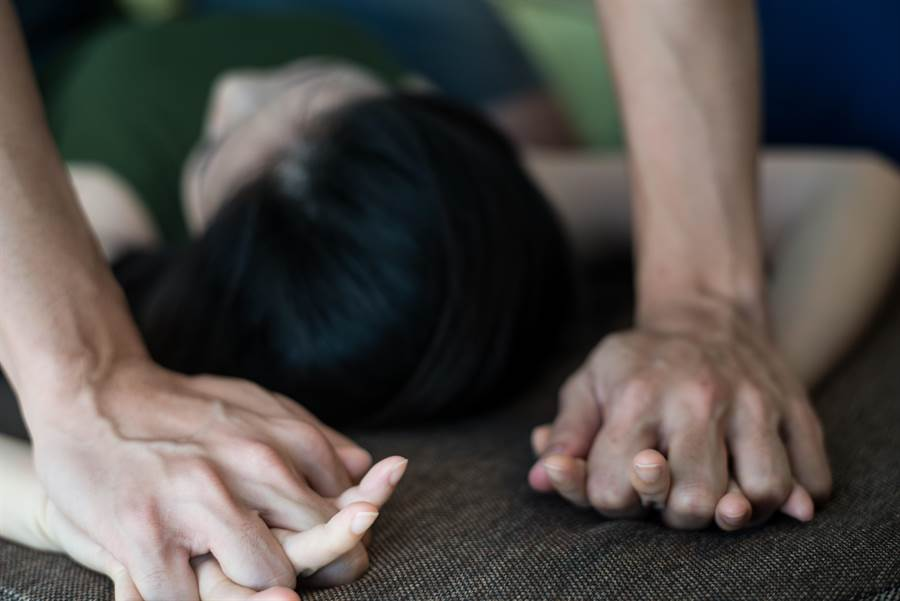 大陸山東省淄博市爆發一起震驚當地的家庭醜聞,一名兒子指控父親性侵自己妻子,竟還喊冤是媳婦勾引他,他不舉很久被媳婦硬吸出來。(示意圖,達志影像/shutterstock)