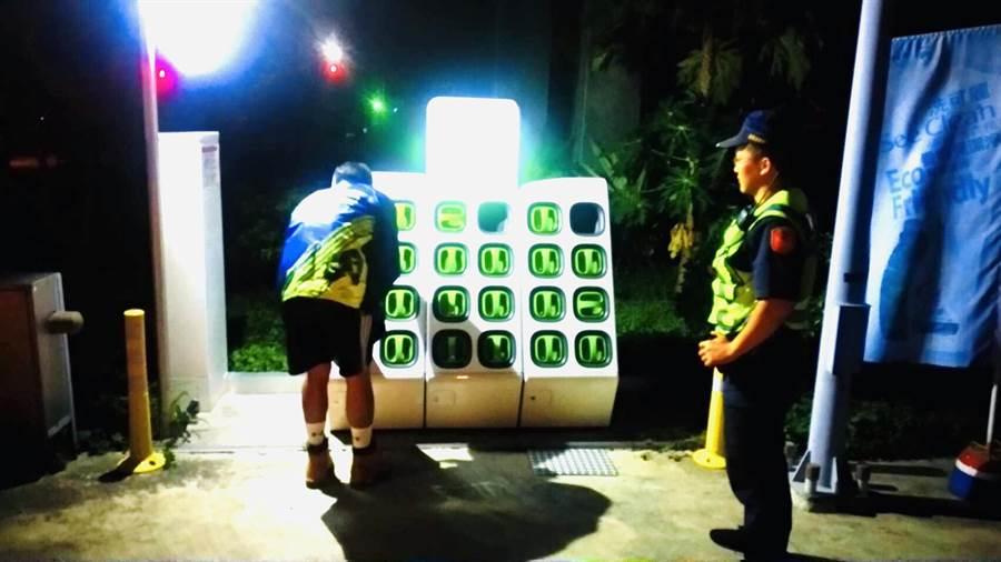 頭份警分局大河所員警助李姓大學生更換機車電池。(頭份警分局提供/謝明俊苗栗傳真)