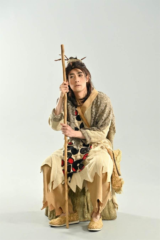 施易男在舞台劇《大寶神珠》落魄成乞丐,體悟到自己人生也不斷在失去。(夢蓮花文藝基金會提供)