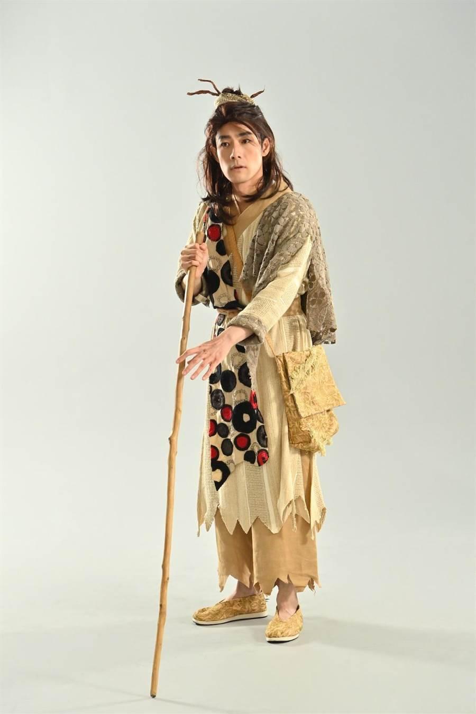 施易男在舞台劇《大寶神珠》落魄成乞丐。(夢蓮花文藝基金會提供)