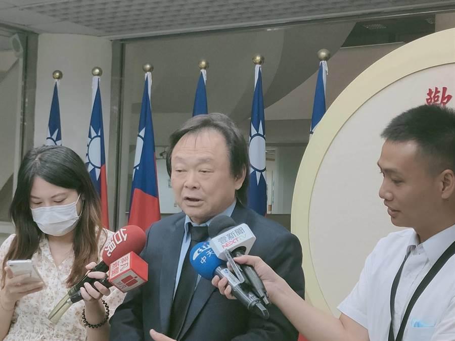 台北市長柯文哲施政滿意度墊底,議員王世堅痛批,沒有韓國瑜墊底,水退了就看到柯文哲沒穿褲子。(張薷攝)