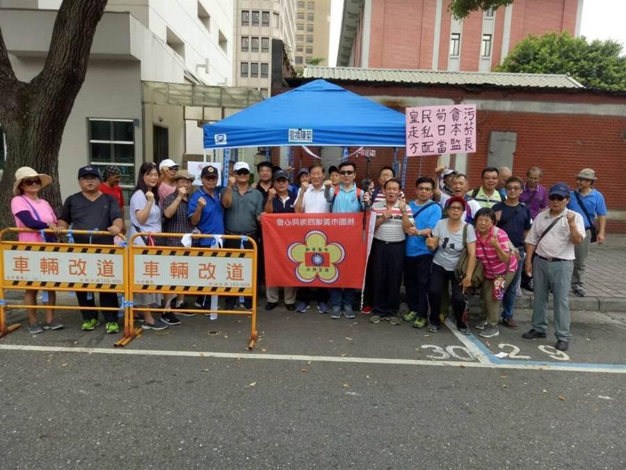 于北辰(中間戴墨鏡者)7月1日率眾在立院支持抗爭,臧幼俠(于的右手邊)為群眾打氣一起合影。(讀者提供)
