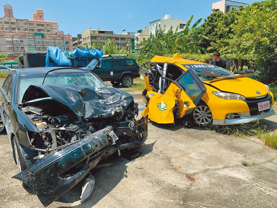 沈男駕駛的黑色轎車追撞計程車,兩車撞成廢鐵。(柯宗緯攝)