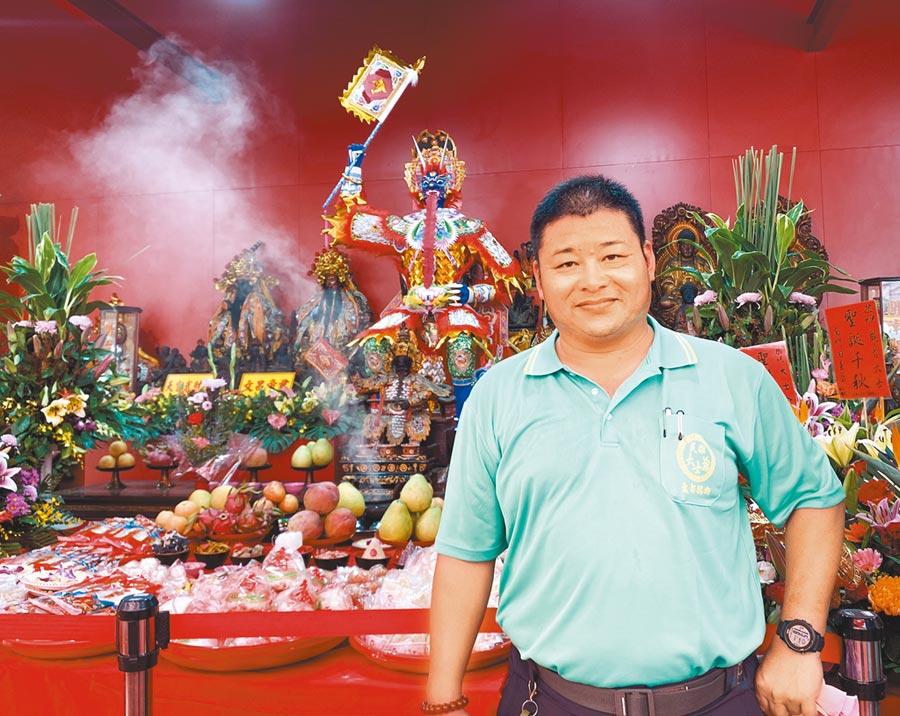黃瑞村除了是大士爺文化祭三朝科儀的主要法師,更負責紙糊大士爺神像的工作。(張亦惠攝)