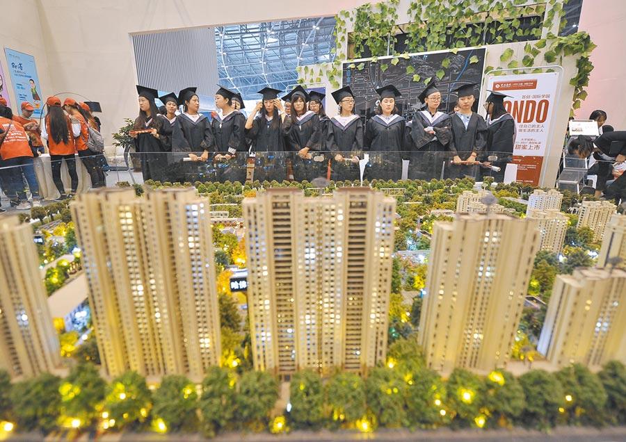 「金九銀十」是大陸房地產銷售旺季。圖為往年該期間大陸舉行的房地產大型展售會。(中新社資料照片)