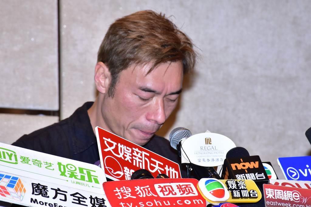 許志安去年偷吃小他21歲的黃心穎,他開記者會落淚道歉。(圖/達志影像)