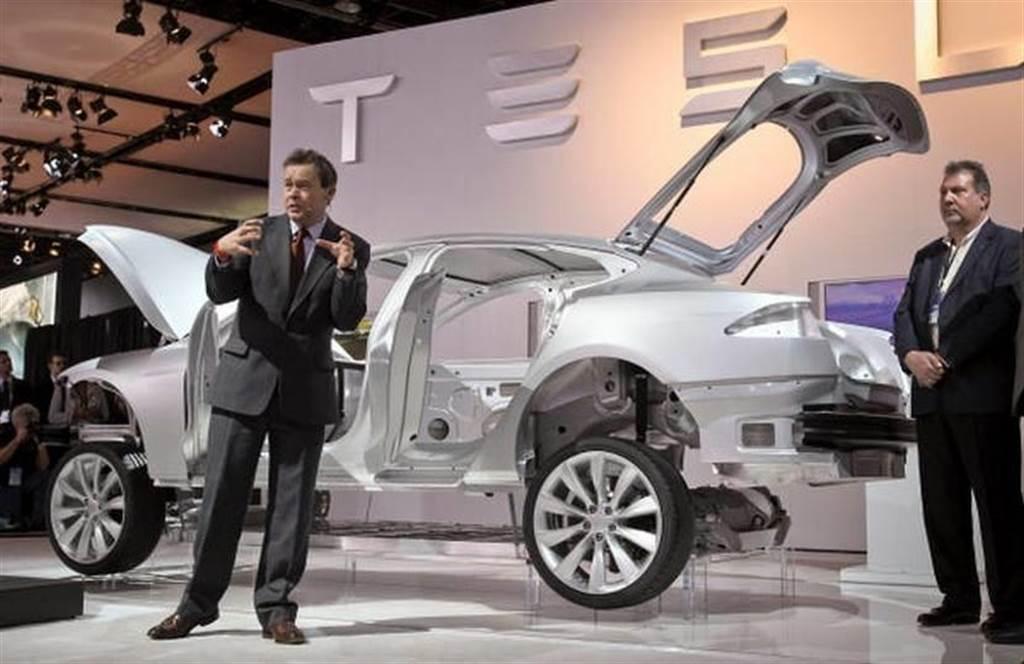 馬斯克爆氣駁斥 Lucid 執行長「救了 Model S」:那個人遇到難題就閃了