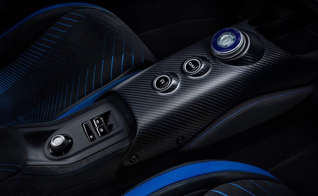 由於MC20沒有像其他車款在中控檯配置Maserati招牌的鐘錶,因此將駕駛模式選擇器設計成類似於豪華腕錶的樣式是一個象徵性決定。其外圈就如錶冠由精美材質製成,並帶有Maserati典型的深藍色澤。