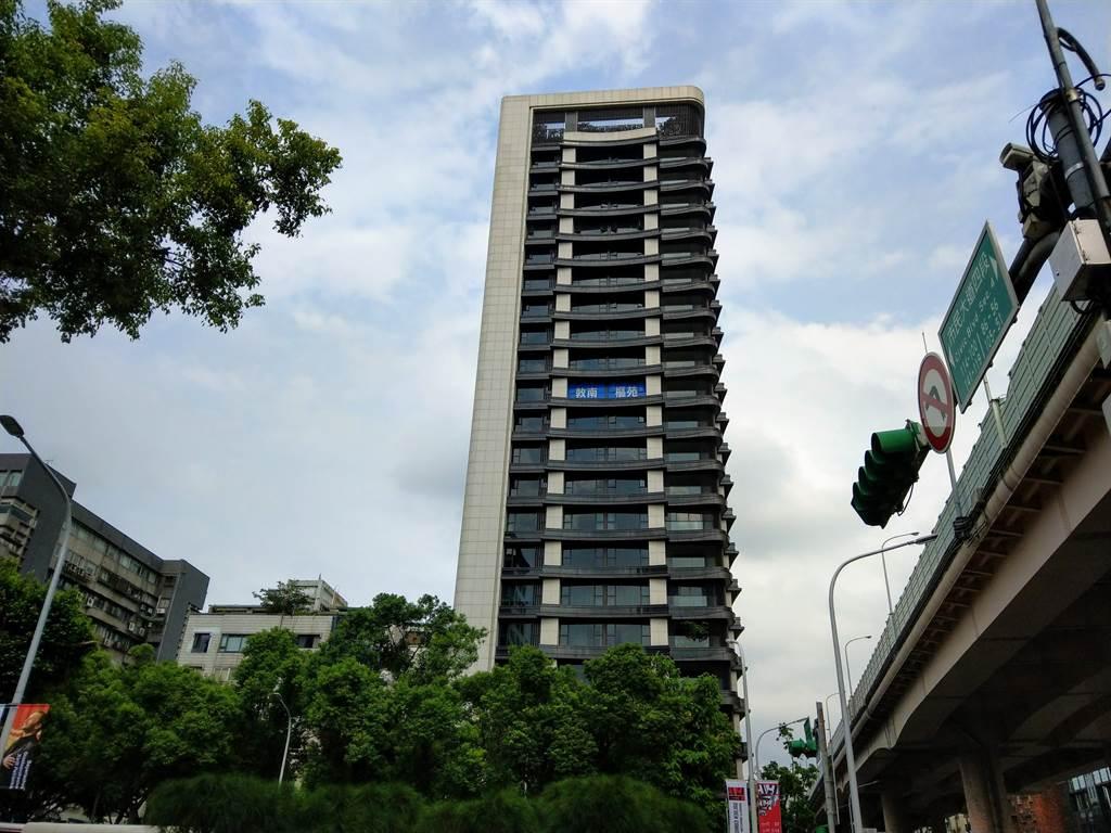 因星宇航空董事長張國煒掀起話題的豪宅「敦南樞苑」,今年7月交易17樓戶,總價為3.28億。(葉思含攝)