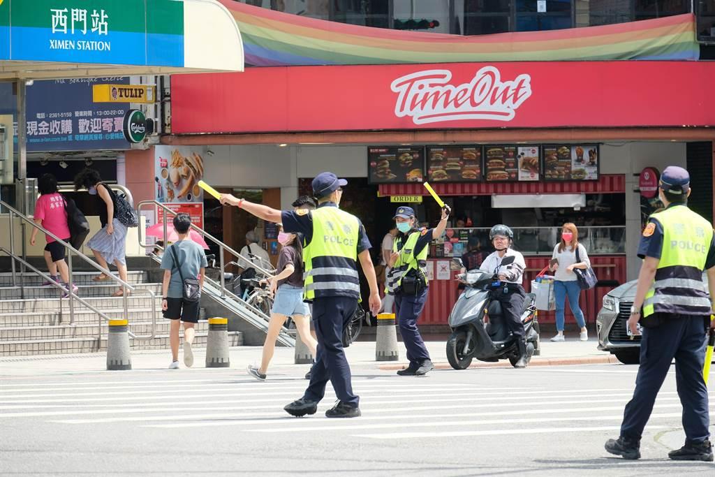 全國「路口安全大執法」上路一周,北市警察局共取締6611件違規。(北市警察局提供/游念育台北傳真)