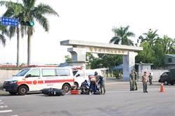 辛苦了!台南陸軍砲校門口車禍頻 國軍指揮交通