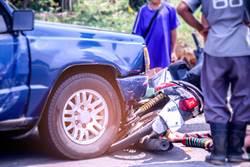 開車目睹飛車搶劫 男猛踩油門加速將匪徒撞飛