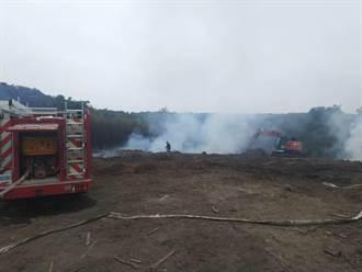 苗市西山廢木材堆悶燒2天 消防員搶救滑落邊坡遭燙傷