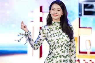 26歲辣媽孫怡貼身碎花裙秀長腿 自帶減齡濾鏡如少女