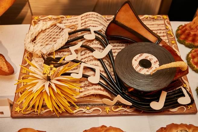 王柏峰藝術麵包「復古唱片機」,做出微立體效果,技法完整。(統一提供)