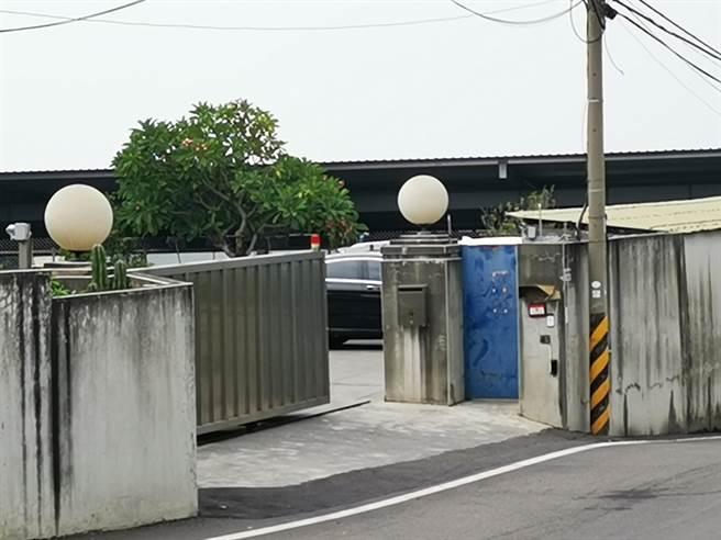 豪品公司大門和公司鐵門半掩,今天工廠內部仍有員工上班。(謝瓊雲攝)
