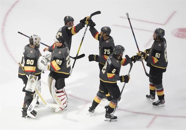 NHL黃金騎士球員慶祝3-0戰勝星辰,在季後賽扳回一城。(美聯社資料照)