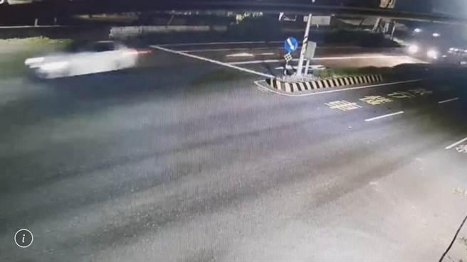 據最新監視器顯示,有台白色小客車衝在拖板車前,對此,警方表示,全案正在釐清調查中。(民眾提供/謝佳潾屏東傳真)
