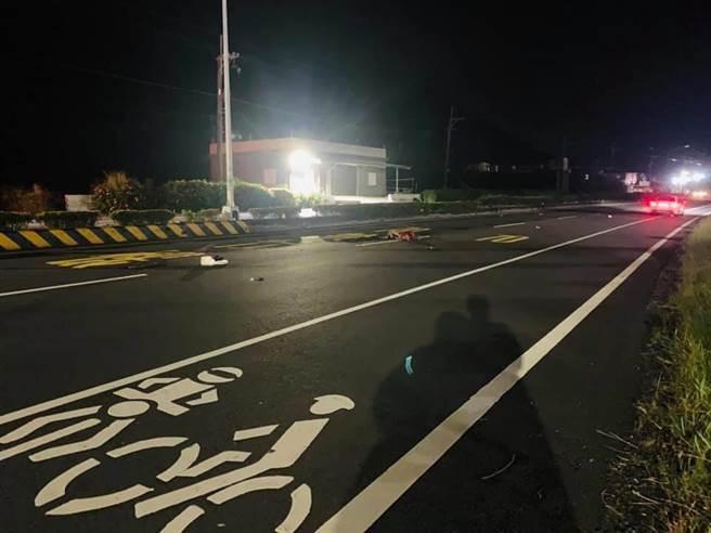 枋山鄉台一線448.5K段9日深夜發生嚴重死亡車禍,66歲行動不便的賴姓男子在南下路段要穿越馬路時,疑遭拖板車撞擊輾過當場死亡。(翻攝畫面/謝佳潾屏東傳真)