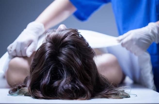 殯葬業者小冬瓜回憶一起女大生跳樓案,遺體外表很完整,驗屍一揭開上衣卻讓他們驚駭不已。示意圖,非當事人照。(達志影像/shutterstock提供)