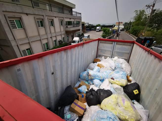 豪品公司辦公地點外放置一只紅色貨櫃,裡面堆滿淘汰的平面口罩不良品。(謝瓊雲攝)