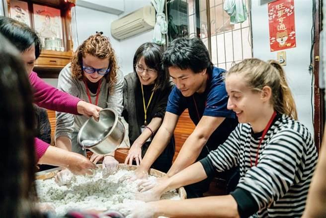 Minerva Schools學生在蟾蜍山社區老師葉媽的教導下, 製作客家菜草仔粿。(圖/台灣大學國際事務處提供)