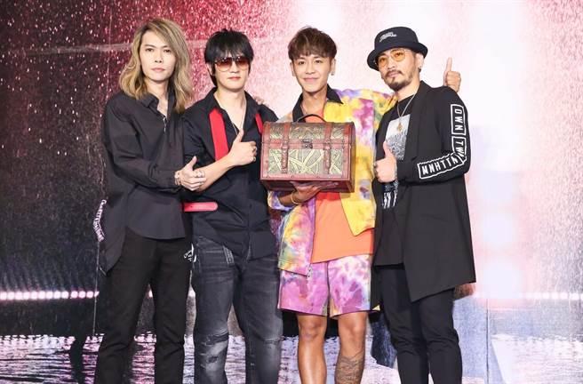 「動靜樂團」推出2020版的〈新相信未來〉,鼓鼓站台送上「通告百寶箱」。(陳俊吉攝)
