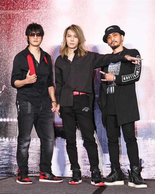 「動靜樂團」團長阿滾(左起)、主唱小無、貝斯手紅雨,今合體推出2020版的〈新相信未來〉。(陳俊吉攝)