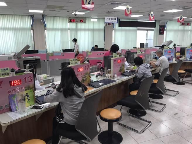 全台戶役政系統當機,台南市下午系統恢復正常,民眾申請案件已陸續登錄電腦系統中。(台南市民政局提供/程炳璋台南傳真)