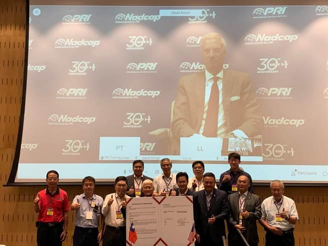 全球航太年會首移師台灣,高市經發局10日在經濟部傳產創新加值中心舉辦,聚集超過50家航太企業參與。(柯宗緯攝)