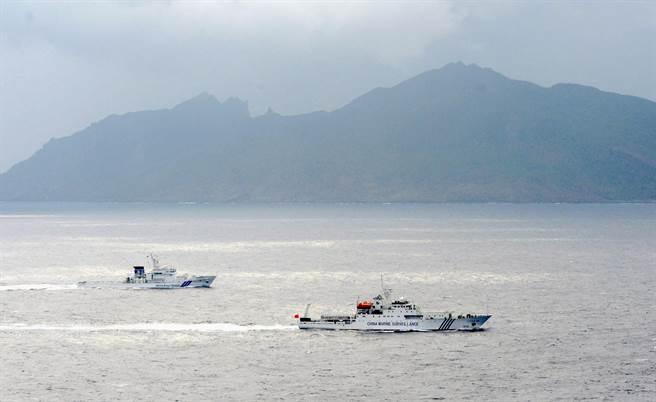 圖為大陸與日本海警船在釣魚島海面上巡邏並相互監控,日本防衛大臣認為,日無法單獨對抗大陸,美國會協助日本保衛釣魚島。(圖/美聯社)