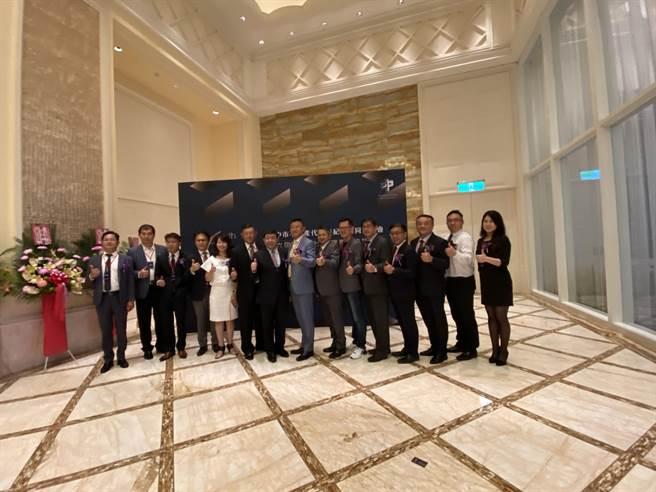 台中市不動產代銷經紀商業同業公會10日晚間舉辦第七屆理事長交接典禮。(盧金足攝)