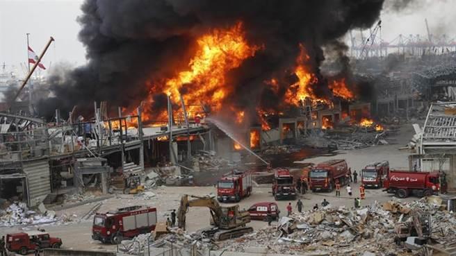 黎巴嫩首都貝魯特港口地區起火。(圖/美聯社)