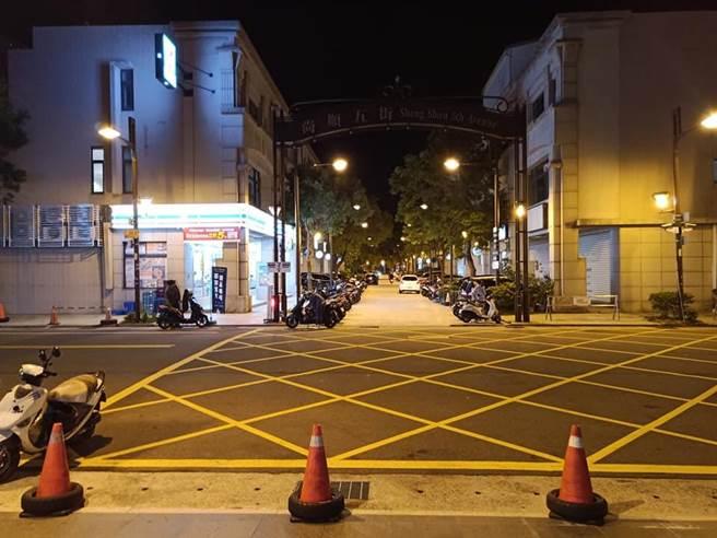 一位網友近日因穿越沒有設紅綠燈的路口遭員警攔下開單,直呼「人生第一次走路被開單!」在網上引起熱議。(摘自爆怨公社)