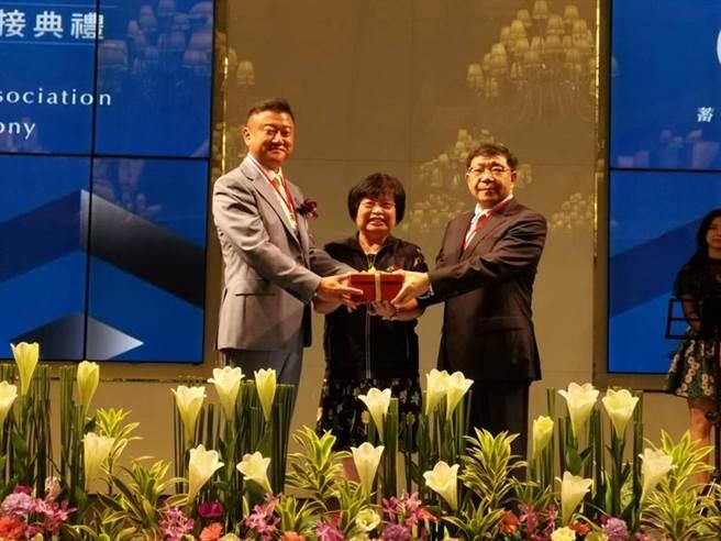 台中市不動產代銷公會10日舉辦第七屆理事長交接,由世界鴻總座林傳傑交接給蘇興民(右)。圖/曾麗芳