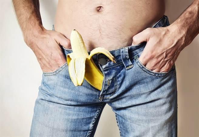 一名30歲男性下體異常腫脹,打開「D槽」疏通仍無解。醫生一看發現是「陰莖異常勃起」導致。(圖/Shutterstock)