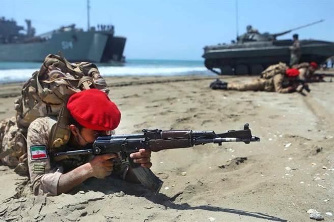 這場名為「佐勒卡菲爾-99」的演習,伊朗的陸、海、空軍都將參與。(路透)