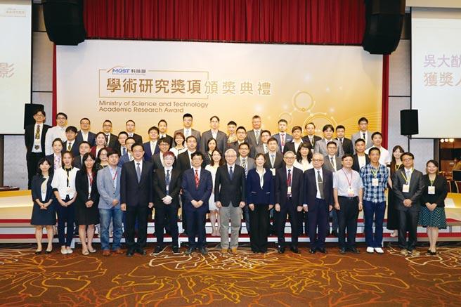 科技部部長吳政忠與吳大猷先生紀念獎得獎者共同合影。圖/業者提供