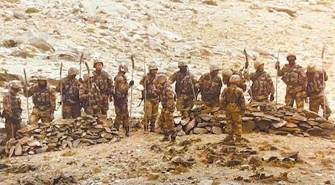 印度媒體報導,大陸解放軍周一傍晚企圖逼近拉達克附近的印軍陣地,還手持「長矛」、「關刀」等武器。(摘自網路)