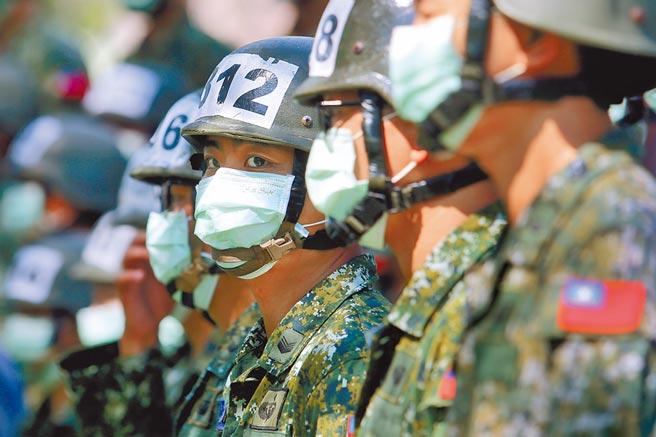 嘉義市1名役男入伍前未告知哥哥從西班牙返台居家檢疫中,導致同車到嘉義縣大林鎮中坑營區的28名新兵一入伍就被隔離訓練陸軍空降訓練中心傘兵訓練學員。圖非當事人。(本報資料照片)