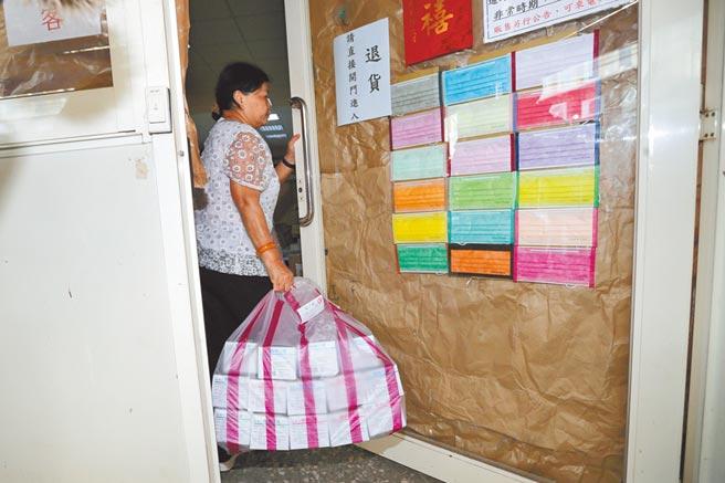 加利9日起接受民眾退貨,1名婦人帶了40盒口罩前來退貨。(黃世麒攝)