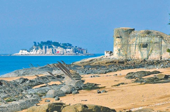 台金旅遊業者合推「金門跳島海上行」新遊程,圖為小金門前方的離島獅嶼。(李金生攝)