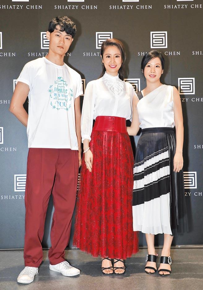 家扶自立青年張育維(左起)、林心如與夏姿執行長夫人許媖媖。(夏姿提供)