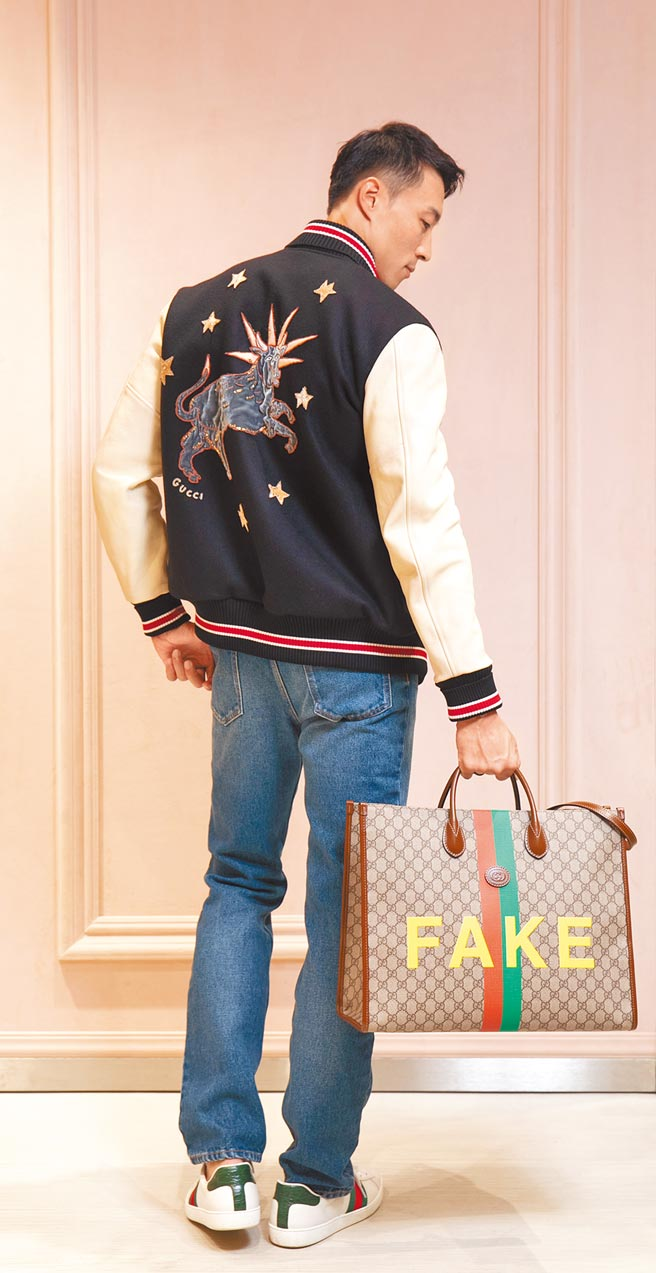 Model身著Gucci DIY訂製服務外套,背後可見首次面市的星座系列插圖。(Gucci提供)