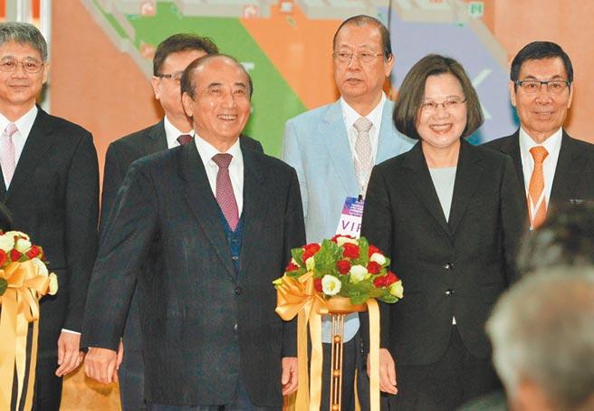 總統蔡英文(前右1)目前無意會見立法院前院長王金平(前右2)。(本報系資料照片)