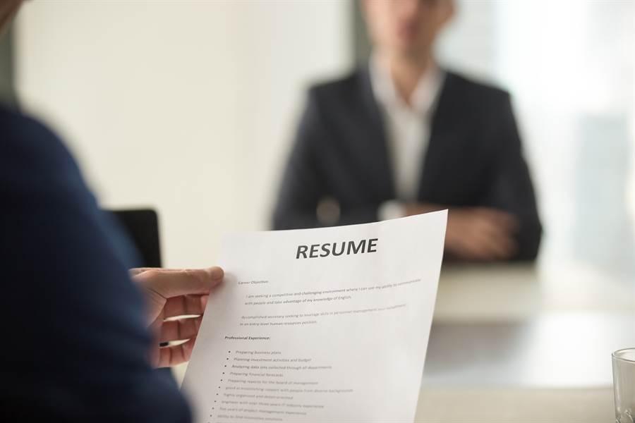 有網友因為求職不順,突然興起造假履歷的念頭。(示意圖/達志影像)