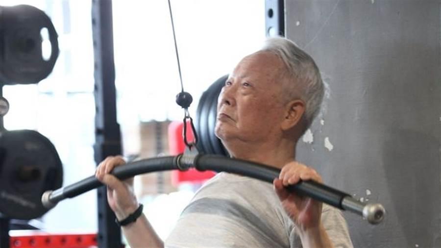 爺爺雖已高齡93歲,但仍堅持上健身房健身,此習慣已達32年之久,有時他還會做到一半睡著。(圖/翻攝自爆廢公社公開版)