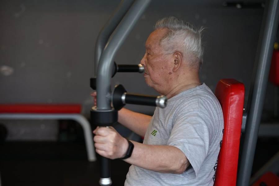 爺爺持續32年努力不懈持續健身,讓不少網友都感到相當敬佩。(圖/翻攝自爆廢公社公開版)