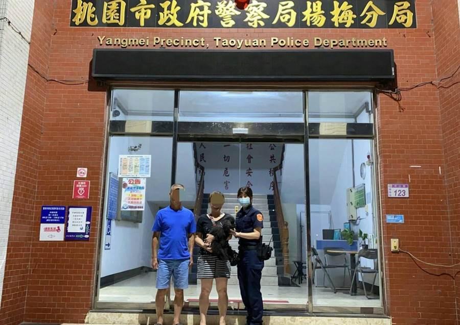 楊梅警方靠著地方社團順利找到走失毛孩的主人。(翻攝照片/黃婉婷桃園傳真)